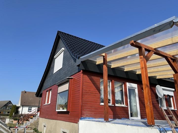 dackeindeckung eines wohnhauses mit steildach in der innenstadt